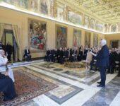 Il Superiore generale della Compagnia di Gesù, p. Arturo Sosa, mentre introduce dell'udienza