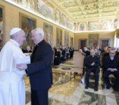 Il saluto tra papa Francesco e p. Sosa