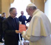 """Il direttore de """"La Civiltà Cattolica"""", p. Antonio Spadaro, dona a papa Francesco una copia del quaderno numero 4000 della rivista"""