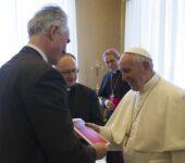 """Papa Francesco riceve in dono una copia della nuova edizione in lingua spagnola de """"La Civiltà Cattolica"""""""
