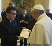 """Papa Francesco riceve in dono una copia della nuova edizione in lingua coreana de """"La Civiltà Cattolica"""""""