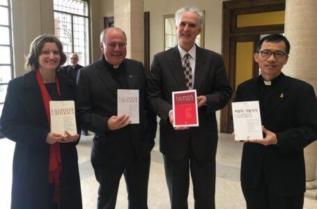 I 4 editori con le versioni, da sinistra a destra, in francese, inglese, spagnolo e coreano.