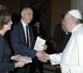 """Papa Francesco riceve in dono una copia della nuova edizione in lingua francese de """"La Civiltà Cattolica"""""""