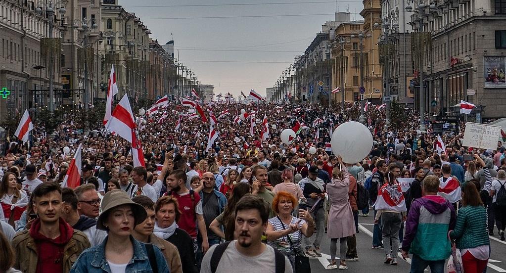 La «rivoluzione» bianco-rossa della Bielorussia